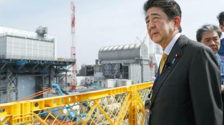 Japans Ministerpräsident Shinzo Abe besucht das Kernkraftwerk Fukushima Daiichi, um die Wiederaufbauarbeiten nach der Katastrophe im Jahr 2011 zu inspizieren.
