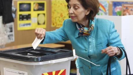 Gordana Siljanovska-Davkova gibt ihre Stimme ab.
