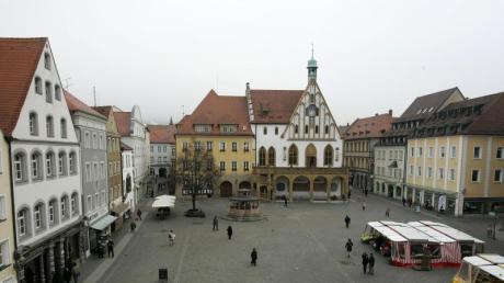 Blick über den Marktplatz und auf das Rathaus in Amberg. Vier Flüchtlinge hatten in der Stadt wahllos Passanten geschlagen. Foto: Daniel Karmann