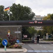 Eine deutsche und eine europäische Flagge wehen vor dem Sitz des Verteidigungsministeriums in Bonn. Das Bmvg gehört zu den Ministerien, die ihrenAmtssitz nicht in Berlin haben.