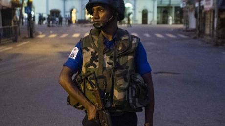 Ein Soldat wacht vor einer Kirche in Colombo, die Schauplatz eines der Anschläge an Ostern war.