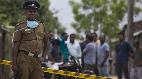 Ein Polizist bewacht einen Tatort in Kalmunai. Nach den verheerenden Osteranschlägen in Sri Lanka hat sich der IS auch zum jüngsten Blutvergießen an der Ostküste des Landes bekannt.