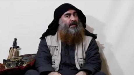 Screenshot des Videos, in dem IS-Chef Abu Bakr al-Bagdadi zum ersten Mal seit Jahren wieder zu sehen ist. Nun hat die Türkei wohl seine Schwester festgenommen.