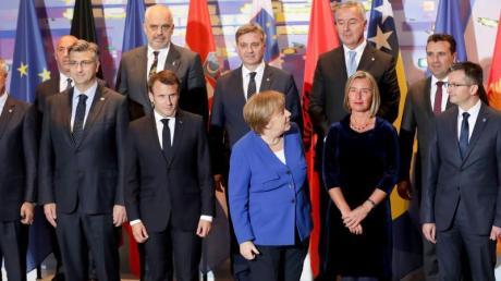 Angela Merkel und Emmanuel Macron beim Gruppenfoto mit Teilnehmern der Balkan-Konferenz im Kanzleramt.