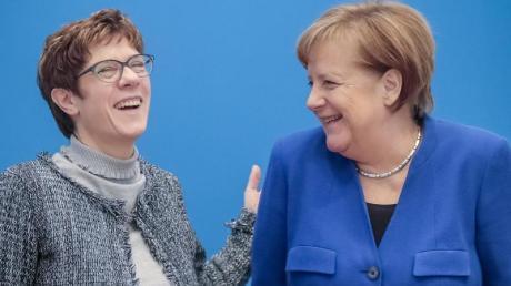 CDU-Chefin Annegret Kramp-Karrenbauer lachend mit Bundeskanzlerin Angela Merkel vor einer Sitzung des CDU-Bundesvorstandes. Foto: Michael Kappeler/Archiv