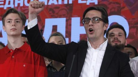Stevo Pendarovski hat die Präsidentschaftswahlen inNordmazedonien gewonnen. Bei der Stichwahl am Sonntag errang der 56-Jährige knapp 52 Prozent der Stimmen.