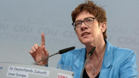 CDU-Chefin Annegret Kramp-Karrenbauer hat vor einem möglichen Linkskurs der Grünen im Bund gewarnt.