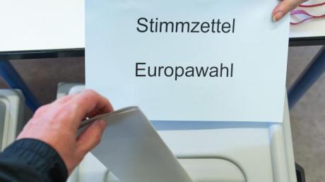 Ein Wähler wirft seinen Stimmzettel für die Europawahl in die Wahlurne. Foto: Oliver Dietze/Archiv