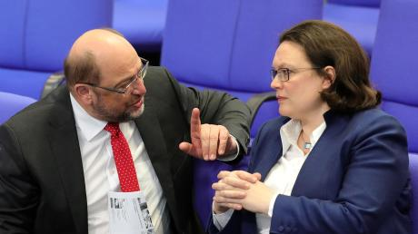 Der erhobene Zeigefinger gilt ja als belehrend. Doch ob Martin Schulz in diesem Gespräch seine Gesprächspartnerin, SPD-Chefin Andrea Nahles, von oben herab die Leviten lässt, bleibt pure Spekulation.