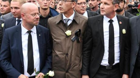 Der Vorsitzende der AfD in Brandenburg, Andreas Kalbitz (l), nimmt mit AfD-Sachsen-Chef Jörg Urban (M) und dem Vorsitzenden der AfD-Fraktion im Thüringer Landtag, Björn Höcke, an einer Demonstration in Chemnitz teil. Foto: Ralf Hirschberger