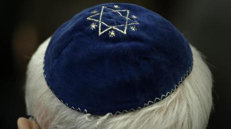 Ein Mann mit Kippa in einer Synagoge. Die Zahl antisemitischer Straftaten ist bundesweit stark gestiegen.