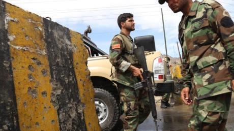 Mitglieder der afghanischen Streitkräfte untersuchen den Tatort eines Selbstmordanschlags.