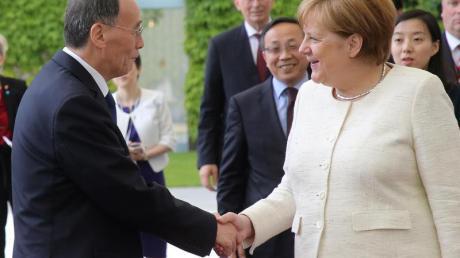 Bundeskanzlerin Angela Merkel empfängt im Bundeskanzleramt Wang Qishan, Vizepräsident von China, zu einem Gespräch.