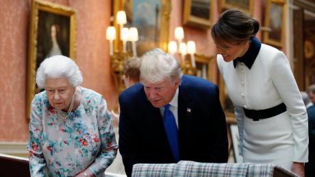 Königin Elizabeth II. (links), US-Präsident Donald Trump und seine Frau Melania besichtigen die Gemäldegalerie des Buckingham-Palasts.
