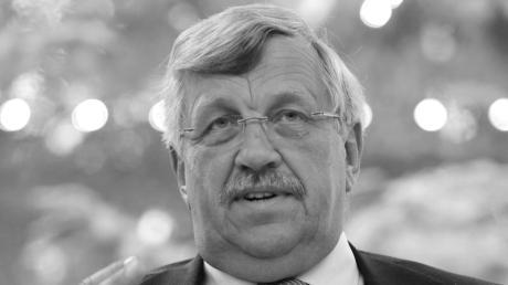 Der Regierungspräsident von Kassel, Walter Lübcke, ist im Alter von 65 Jahren gestorben. Laut Obduktion erlag er den Folgen eines Kopfschusses.