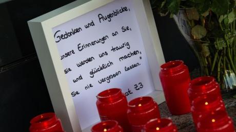 Kerzen und eine Nachricht an Walter Lübcke am Haupteingang des Regierungspräsidiums inKassel.