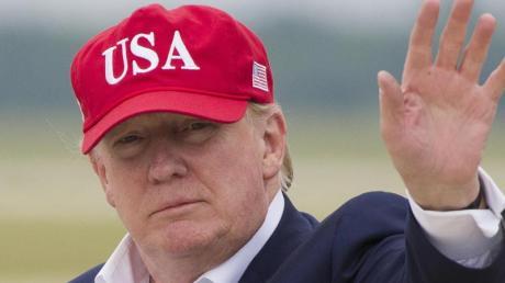Donald Trump, Präsident der USA, winkt nach seiner Ankunft auf der Andrews Air Force Base.