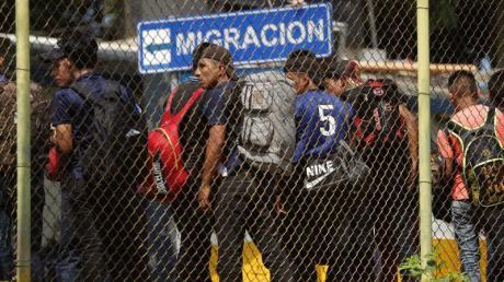 Migranten überqueren in Tapachula die Grenze zwischen Guatemala und Mexiko.