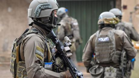 Ehemalige und ein aktiver SEK-Beamter sind in Mecklenburg-Vorpommern verhaftet worden. Foto: Patrick Pleul/Symbol