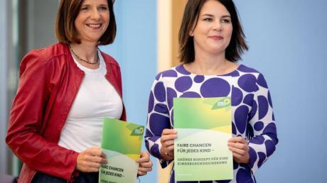 Annalena Baerbock (r) und Katrin Göring-Eckardt stellen in der Bundespressekonferenz das Konzept für eine Kindergrundsicherung vor.