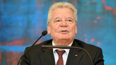 Joachim Gauck, ehemaliger Bundespräsident, spricht bei der Enthüllung seines Ehrenbürgerporträts.