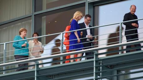 Mit einem Schlückchen Wein fällt der Koalition offenbar das Regieren leichter: Kanzlerin Merkel, CDU-Chefin Kramp-Karrenbauer, die SPD-Interimschefs Dreyer, Schwesig, Schäfer-Gümbel und Finanzminister Scholz gehen zum Treffen.
