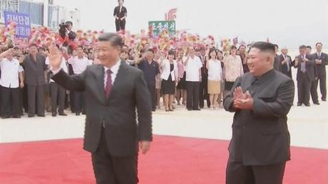 Sein erster Besuch in Nordkorea: Der chinesische Präsident Xi Jinping (l.) und Kim Jong Un auf dem Flughafen von Pjöngjang.
