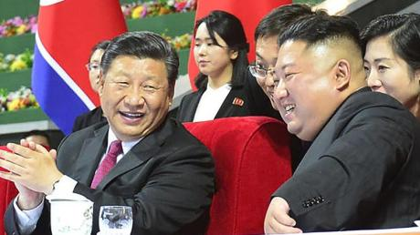 Gute Stimmung zwischen Xi Jinping (l.), Präsident von China, und Norkoreas Machthaber Kim Jong Un.