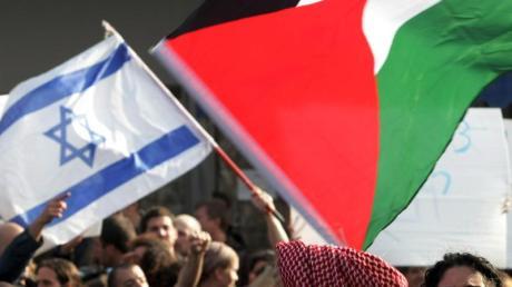 Die Fahne Israels und die Farben der Palästinenser bei einer Demonstration in Jerusalem. Foto: epa Matanya Tausig/FLASH_90/Archiv