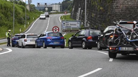 In Tirol hat die Polizei auch am Sonntag die neuen Fahrverbote auf Ausweichstrecken durch Ortschaften durchgesetzt. Foto: Zeitungsfoto.At/Daniel Liebl/APA