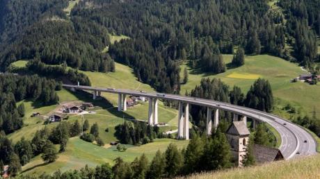 Brenner-Autobahn bei Gries: Die Tiroler Täler leiden seit vielenJahren unter dem Transitverkehr.