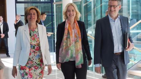 Die kommissarischen SPD-Vorsitzenden Malu Dreyer, Manuela Schwesig und Thorsten Schäfer-Gümbel auf dem Weg zur Sitzung des Parteivorstandes.