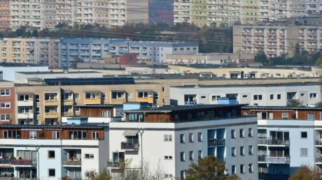 Plattenbauten stehen in einem Wohngebiet im Erfurt nebeneinander. Der Bundestag berät heute die reformierte Grundsteuer.