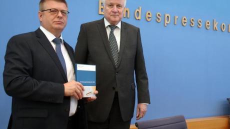 Innenminister Seehofer (r) und Verfassungsschutzpräsident Haldenwang stellen in Berlin den Verfassungsschutzbericht 2018 vor.