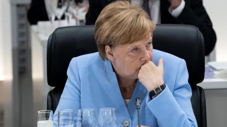 Kanzlerin Angela Merkel bei ihrer ersten Arbeitssitzung beim G20-Gipfel in Japan.