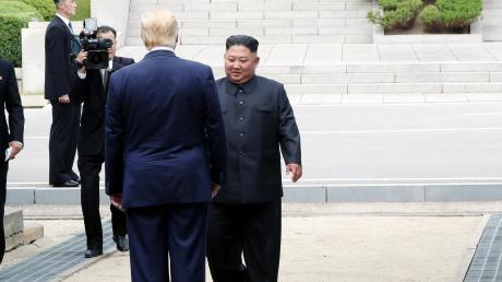 Eine Stolperschwelle markiert die Grenze des geteilten Korea: Diktator Kim empfängt US-Präsident Donald Trump, um die Wiederaufnahme ihrer Gespräche über ein Atomabkommen zu vereinbaren.