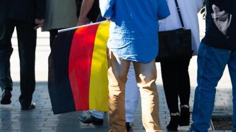 Ein Teilnehmer des «Flügel»-Treffens mit einer Deutschland-Flagge.