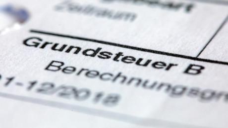 Ein Abgabenbescheid für die Entrichtung der Grundsteuer. Foto: Jens Büttner