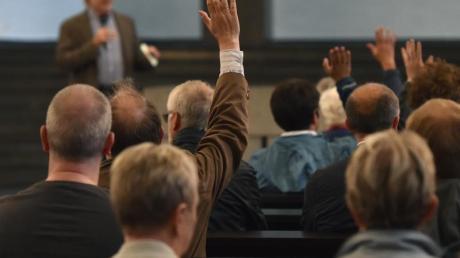 Fassungslose Gemeindemitglieder bei einer Gesprächsrunde der Heilig-Geist-Kirche. Foto: Caroline Seidel