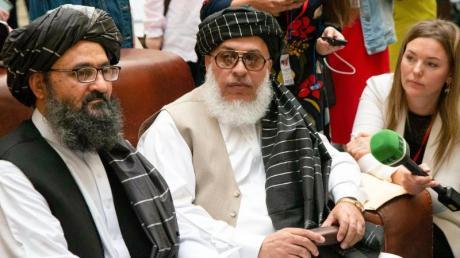 Mullah Abdul Ghani Baradar (l.), Vize-Chef der Taliban aus Afghanistan, und Taliban-Verhandlungsführer Sher Mohammad Abbas Staneksai.