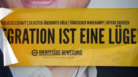Aufkleber der rechten Identitären Bewegung auf einem Wahlplakat der SPD in Tübingen.