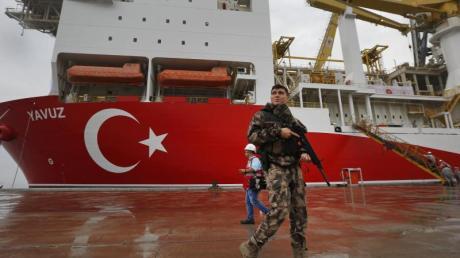 Das 230 Meter lange türkische Bohrschiff «Yavuz». Foto: Lefteris Pitarakis/AP