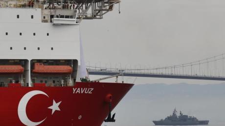 Begleitet von einem Schiff der türkischen Marine, macht sich das Bohrschiff «Yavuz» auf den Weg vor die Küste Zyperns. Foto: Lefteris Pitarakis/AP/Archiv