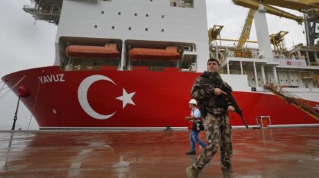 Das 230 Meter lange Spezialschiff «Yavuz» soll vor der Küste Zyperns nach Erdgas bohren. Fotzo: Lefteris Pitarakis/AP Foto: Lefteris Pitarakis