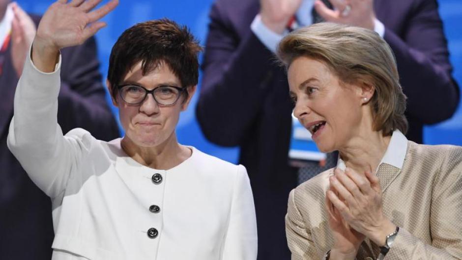 Annegret Kramp-Karrenbauer (l) soll Nachfolgerin von Ursula von der Leyen als Verteidigungsministerin werden. Foto: Ralf Hirschberger/Archiv