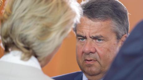 Damals waren sie noch Kabinettskollegen:Sigmar Gabriel im Gespräch mit Ursula von der Leyen.
