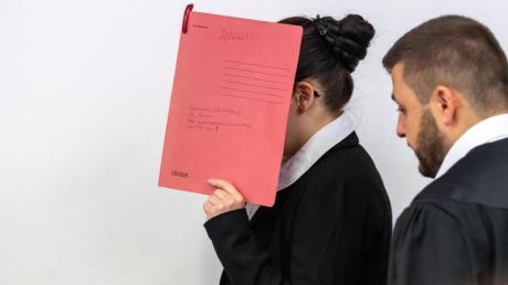 Der Angeklagten wird unter anderem vorgeworfen, ein fünf Jahre altes Mädchen als Sklavin gehalten und verdursten lassen zu haben. Foto: Peter Kneffel