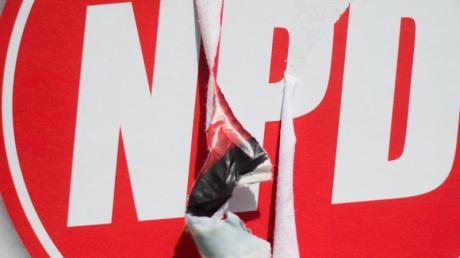 Ein zerstörtes Wahlplakat der Nationaldemokratischen Partei Deutschlands (NPD).