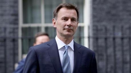 Der ehemalige britische Gesundheitsminister Jeremy Hunt sieht Deutschlands Verhalten im Kampf gegen das Corona-Virus als vorbildlich. Er plädiert für mehr Massentests auf der Insel.