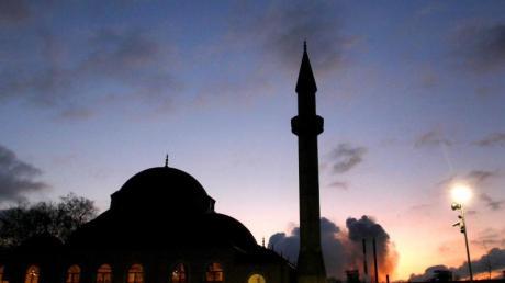 Die Merkez-Moschee in Duisburg-Marxloh wurde nach einer Bombendrohung geräumt, weiträumig abgesperrt und durchsucht. Foto: Roland Weihrauch